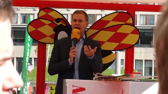 Gustav Fridolin håller tal i Expressens valstuga på Sergels Torg i Stockholm valdagen den 14 september 2014. Foto: Peter Ahlborg