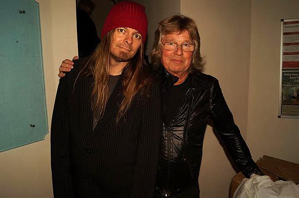 Peter Ahlborg och Janne Schaffer tillsammans efter konserten som Janne höll den 5 okt 2013 i Skallsjö Kyrka. Foto: Charlie Källberg