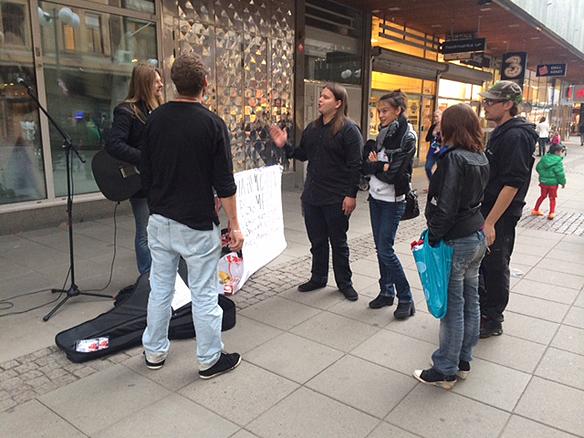 Peter Ahlborg diskuterar bostadsbristen med några ungdomar   från Södertälje. Foto: Carina Ekman