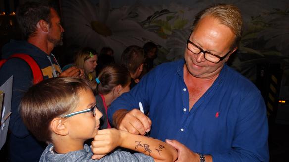 Per Fritzell från Galenskaperna After shave skriver autografer efter Lotta på  Liseberg. Foto: Peter Ahlborg