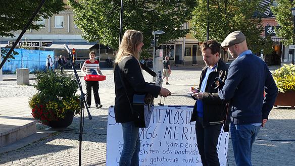 Peter blir intervjuad av Enköpingspostens reporter Anders Jagemo och fotografen Magnus Eriksson tog några bilder. Foto: Carina Ekman