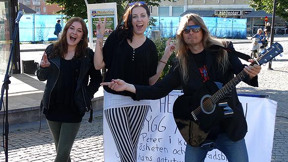 Några tjejer gillade vad de hörde under Peters besök i Enköping.