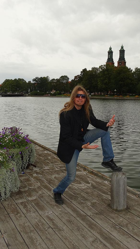 Peter Ahlborg hann även med en foto session under besöket i  Eskilstuna. Här är han framför Eskilstunaån. Foto: Carina Ekman