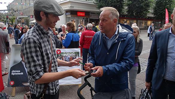 Jonas Sjöstedt har precis skrivit sin autograf i en bok till en glad beundrare. Foto: Peter Ahlborg