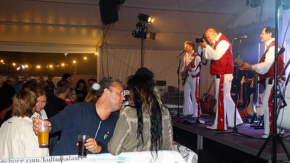 Många hade kul till Larz-Kristerz uppträdande på Packhuskajen. Foto Peter Ahlborg