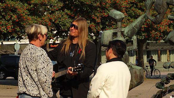 Peter Ahlborg pratar och diskuterar bostadsbristen och hemlösheten med två kvinnor från Mariestad. Här har vi stor bostadsbrist, trots att vi är en liten stad, säger en av kvinnorna till Peter. Foto: Privat