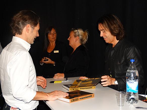 Per Gessle signerar sina två nya böcker under bokmässan - till många glada fans glädje. Foto: Peter Ahlborg