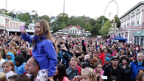 Många unga lyckliga tjejer fans i publiken när favoritbandet - de söta pojkarna i The Fooo   uppträdde på Liseberg. Foto: Peter Ahlborg