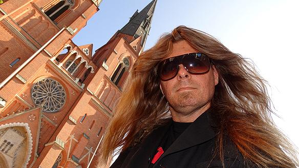 Peter framför Uppsala domkyrka med en selfie. Foto: Peter Ahlborg