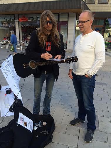 Återigen en person som gillade Peters låtar under hans korta men intensiva besök i Västerås. Foto: Carina Ekman