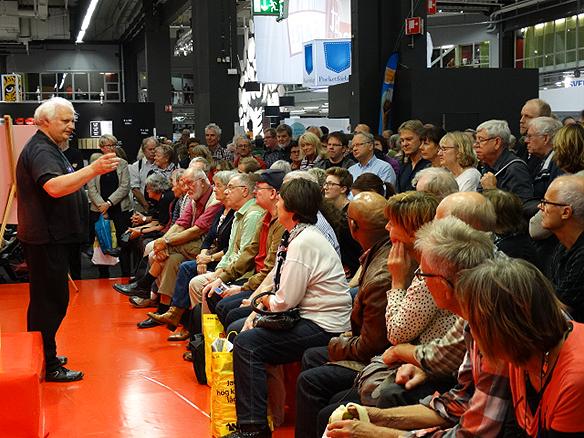 Den färgstarka opinionsbildaren, chefredaktören och författaren Göran Greider underhåller sin publik på bokmässan. Här syns han under ett föredrag på Bokmässan 2014. Foto: Peter Ahlborg