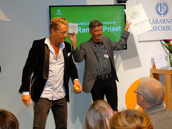 Björn Ranelid delar ut årets Björn Ranelid-pris till författaren Torgny Karnstedt på Bokmässan. Foto: Peter Ahlborg