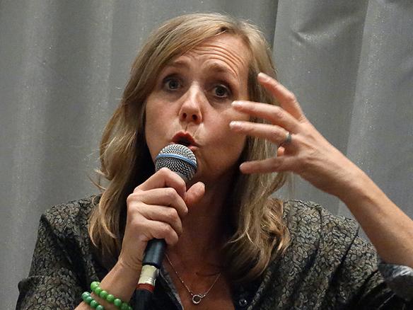 Sara Kadefors lever ut som människa när hon berättar om sitt författarskap under intervjun med Fredric Belfrage. Foto: Peter Ahlborg