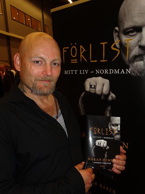 """Håkan Hemlin visar upp sin nya bok """"Förlist"""". Under resans gång får vi följa med på många komiska, dråpliga, galna och djupt tragiska och upprörande händelser. Foto: Peter Ahlborg"""