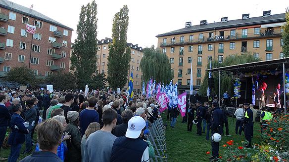 Jimmie Åkesson och Sverigedemokraterna, här tillsammans med medarbetaren Jörgen Fogelklou, besöker Nytorget och Södermalm i Stockholm dagen innan valet lördagen den 13 september 2014. Foto: Peter Ahlborg