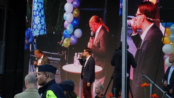 Jimmie Åkesson tappar rösten och tvingas dricka vatten ett par gånger under sista talet innan valet 2014. På fem och en halv vecka besökte han 100 orter och  genomförde lika många tal. Foto: Peter Ahlborg