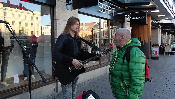 Pratade och diskuterade samhällets problem med Tommy Hansson, ordförande i KRIS Linköping. Foto: Hasse Sukis