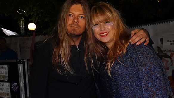 Linnea Henriksson är en av programledarna i Musikhjälpen 2014. Här syns Peter   Ahlborg tillsammans med Linnea efter hennes uppträdande på Göteborgs   Kulturkalas 2014. Foto: Charlie Källberg