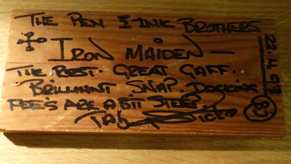 Iron Maiden är bara några av de många världsberömda artister som har  besökt restaurang Räkan under årens lopp. Iron Maiden besökte Restaurangen 22  april 1993, och lämnade detta fina handskrivna minne från trummisen Nicko  McBrain. Foto: Peter Ahlborg