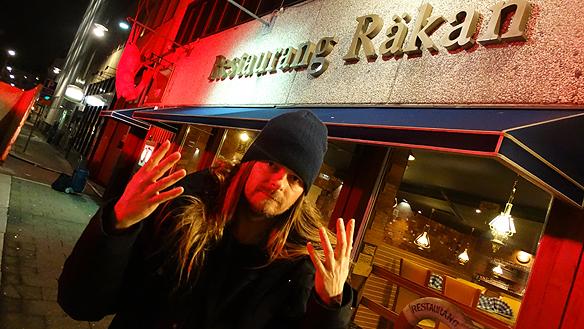 Peter Ahlborg lämnar som sista gäst Restaurang Räkan som stängde den 22 december 2014. Foto: Charlie Källberg