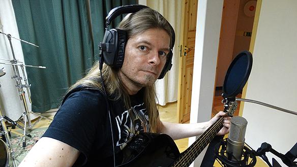 Peter Ahlborg lägger grunden till sina låtar på gitarr. Foto: Mr   Mojjo
