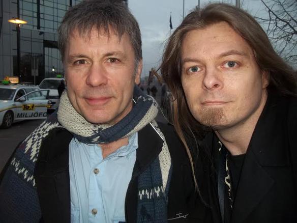 Iron Maidens sångare Bruce Dickinson har drabbats av cancer. De senaste meddelandet från hans läkare är positiva. På bilden syns Peter Ahlborg och sångaren vid hans senaste besök i Sverige under Mediedagarna i Göteborg 2014. Foto: Peter Ahlborg