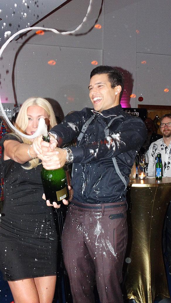 Eric och Jessica sprutar champagne så det står härliga till! Foto: Peter Ahlborg
