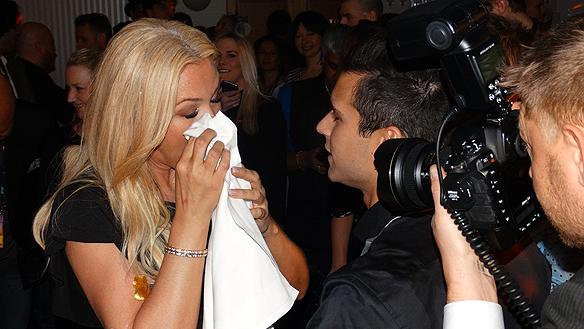 Sminket rinner på Jessica efter champagne fadäsen från Eric. Foto: Peter Ahlborg