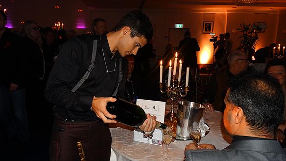 Eric Saade häller upp champagne till sina stolta föräldrar på efterfesten i Göteborg. Foto: Peter Ahlborg