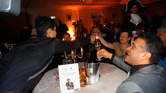 Eric Saade skålar med sina föräldrar. Foto: Peter Ahlborg