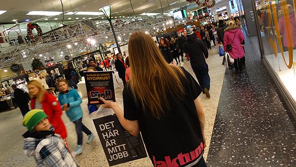 """Peter Ahlborg säljer tidningen Faktum, här under julruschen 2014 i Nordstan i Göteborg. """"Jag har   träffar på ofantligt många trevliga människor under mina tre år jag sålt tidningen, säger han"""". Foto:   Charlie Källberg"""