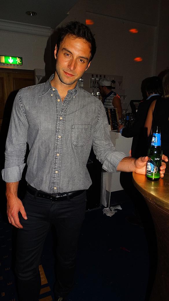 Måns Zelmerlöw kan kosta på sig att festa på en  öl efter att han igår vann Melodifestivalen 2015. Foto: Peter Ahlborg
