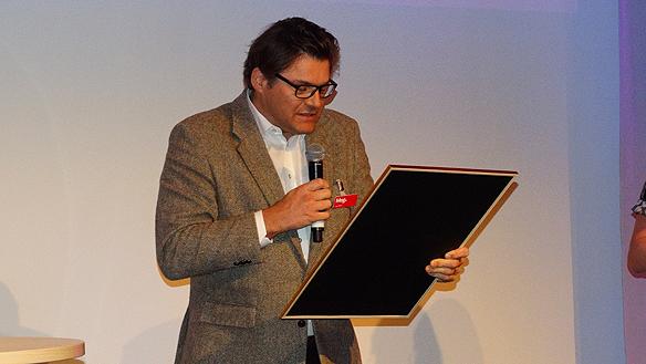 Aftonbladets ansvarige utgivare Jan Helin  läser upp motiveringen till priset för MegAward 2015.  Foto: Peter Ahlborg