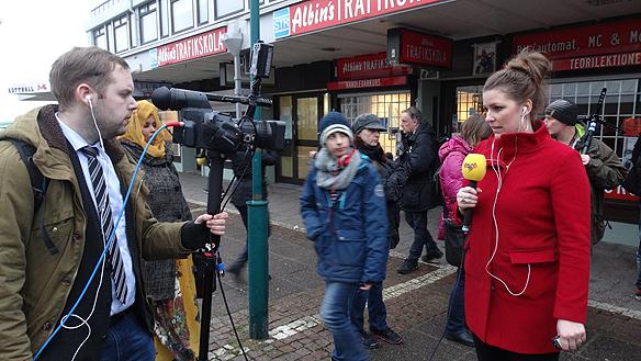Expressen kör en livesändning i TV från mordplatsen. Foto: Peter Ahlborg