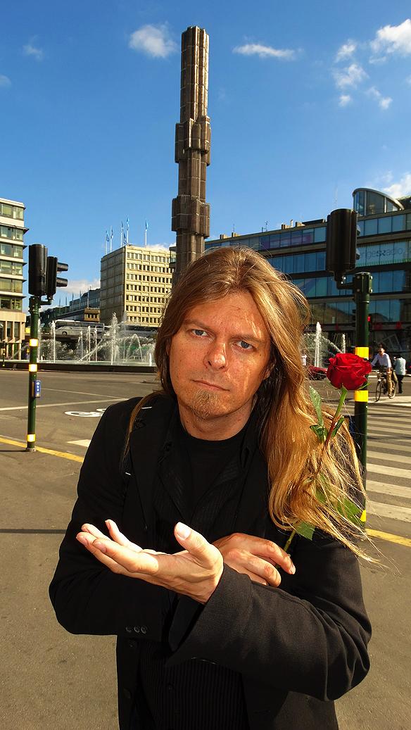 Peter Ahlborg är mycket positiv till att Stockholms stad provar på att ge hemlösa förstahandskontrakt på lägenheter. Här syns Peter Ahlborg vid Sergels Torg 14 september 2014. P.S rosen har han fått av Stefan Löfven.