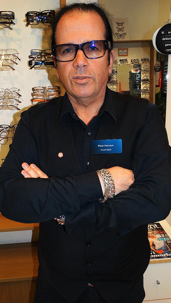 Peter Hansson är legitimerad optiker sedan 28 år tillbaka och driver butiken Visuell Optik. Han är även en stor musikfantast och har ett förflutet som manager. Foto: Peter Ahlborg