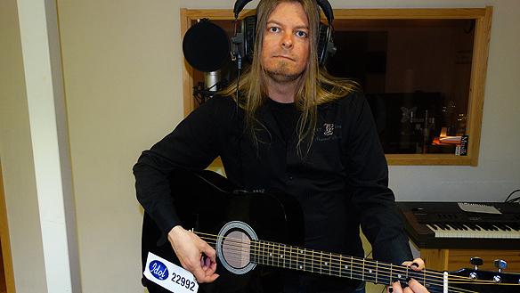 """Peter Ahlborg jobbar på med fyra nya låtar i studion. Låtarna är helt annorlunda varandra och representerar fyra olika musikstilar. """"En låt är influerad av Avicii och   Swedish House Mafia, säger han."""""""