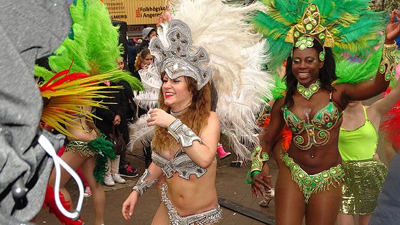 Många vackra sensulla dansare medverkade på karnevalen. Foto: Peter Ahlborg