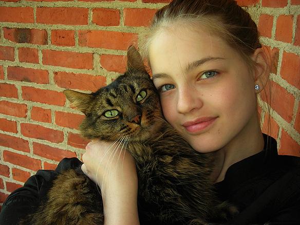 Min dotter Josefine tillsammans med henne katt Oliver, som ibland förljde med oss till vandrarhemet. Bilden är tagen den 31 maj 2009 på Partille Vandrarhem, när min dotter var 11 år. Foto Peter Ahlborg