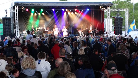 Bandet Widgie underhåller publiken. Foto: Peter Ahlborg