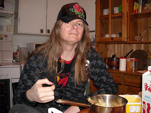 Peter Ahlborg på Partille Vandrarhem 18 januari 2009.  Peter äter i köket på vandrarhemmet tillsammans med sin dotter. Men allt för ofta fick man ingen lugn och ro. Ofta blev han störd. Ibland var det omöjligt att göra mat när det kom många gäster samtidigt, säger han. Foto: Josefine Ahlborg