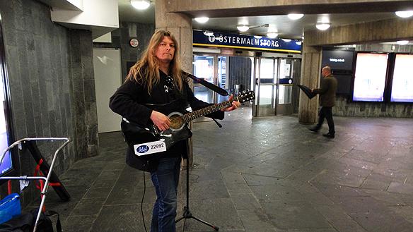 Regnet och det dåliga vädret kan inte stoppa mig, säger Peter Ahlborg. När det regnar kan man alltid spela i tunnelbanan när man besöker Stockholm. Här syns Peter  spelande på Östermalmstorgs tunnelbanestation den 18 juni 2015.