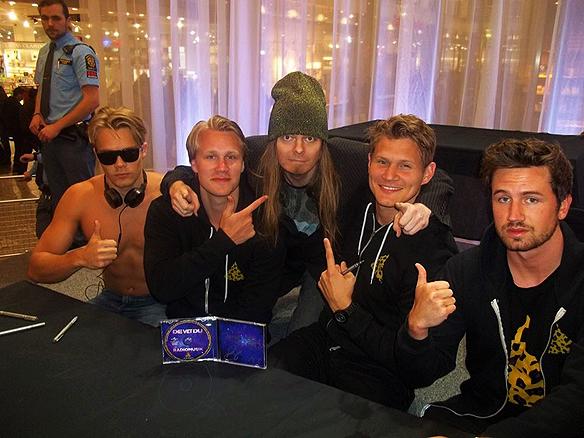 Peter Ahlborg träffar på den pupulära musik gruppen De Vet Du i Nordstan den 14 februari 2014 i Göteborg. Nu ska Du Vet Du börja jobba tillsammans med TV4.