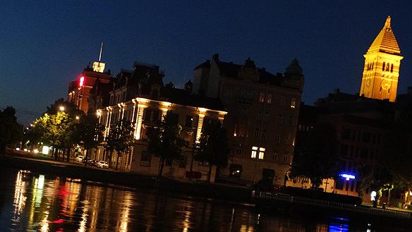 """Rådhuset och Motala Ström by night. """"När jag var ung var jag ofta ute på nätterna och busade i Norrköping"""", säger Peter Ahlborg."""