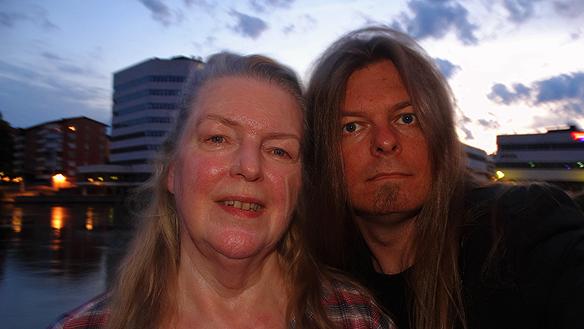 Peter Ahlborg tillsammans med sin kära mamma Ingrid Carlsson. Min mamma berättar om sitt liv under tiden vi går en kvällspromenad runt Norrköping den 4 juli 2015.  Foto: Peter Ahlborg