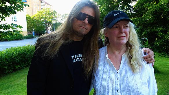 Peter Ahlborg tillsammans med sin mamma Ingrid Karlsson under en promenad i Norrköping den 27 juni 2015. Foto: Tony Lönnqvist