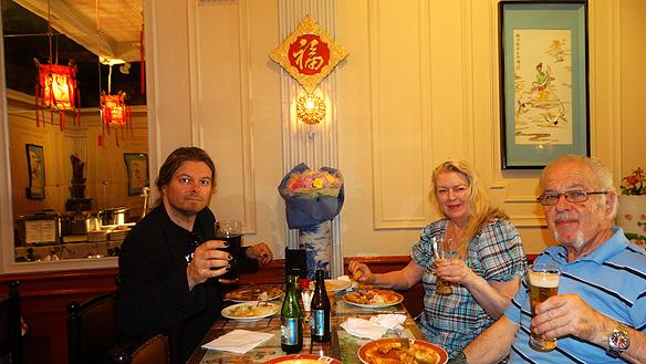 Peter Ahlborg, mamma Ingrid Karlsson och Tony Lönnqvist äter gott på Kina-restaurang i Norrköping.