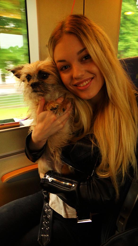 Min dotter Josefine och söta vovven Fia på tåget från Vänersborg till studion i Skövde. Foto: Peter Ahlborg