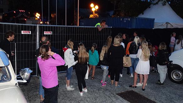 Många fans väntade på sin idol Måns Zelmerlöv efter konserten i Trollhättan under Fallens dagar. Foto: Peter Ahlborg