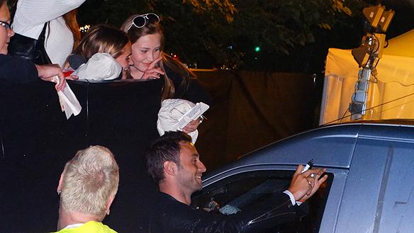Måns tar en groupie tillsammans med glada fans. Foto: Peter Ahlborg